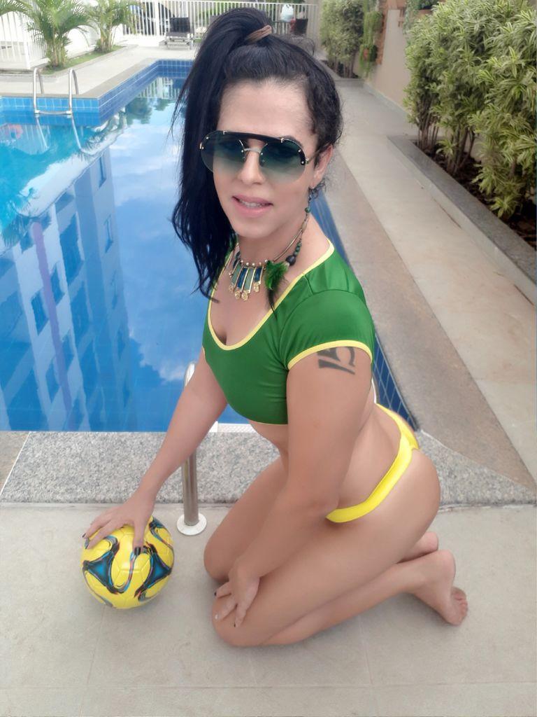 Travesti Bruna Siqueira na piscina