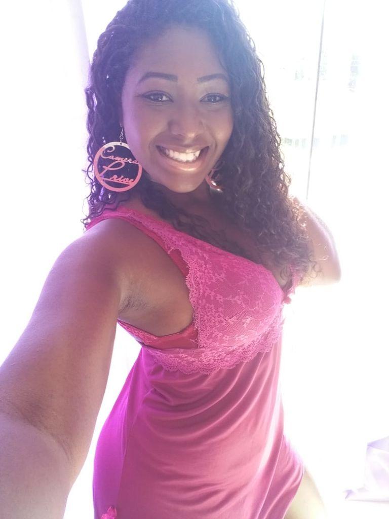 Camgirl negra Kyara Ebony de camisola