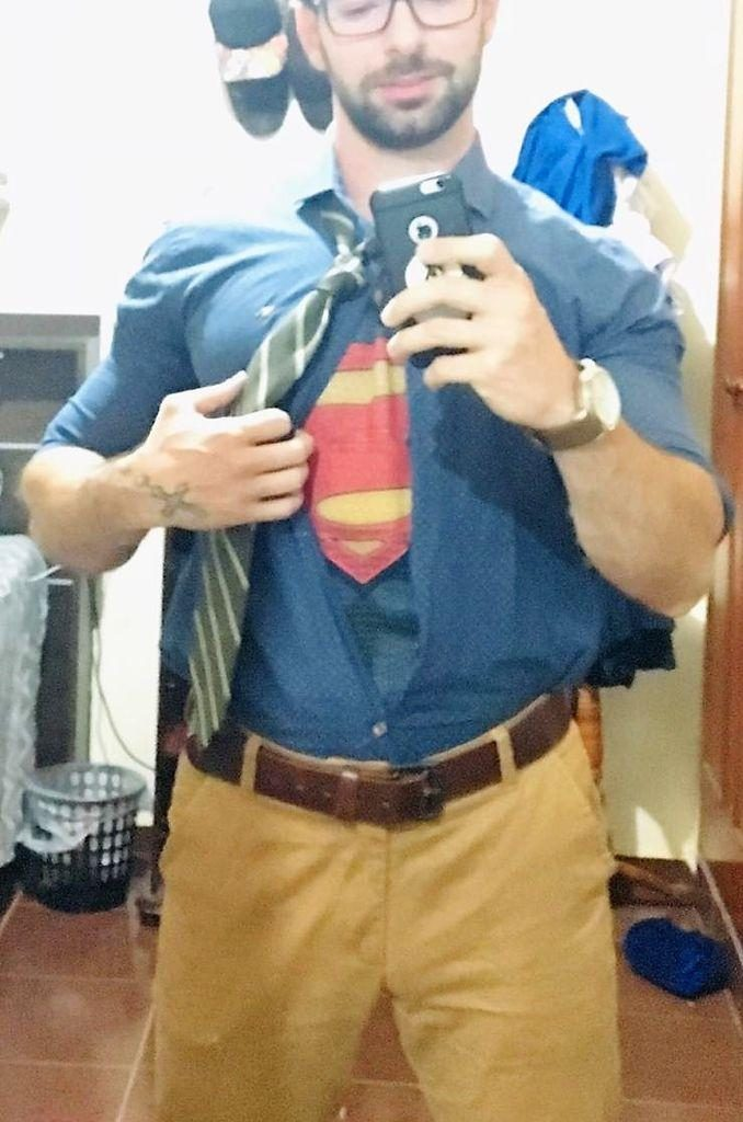 Camboy sarado de cosplay do superman
