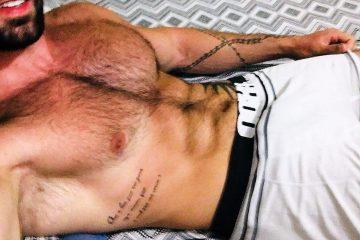 Camboy Ricardo Mayer sem camisa de cueca